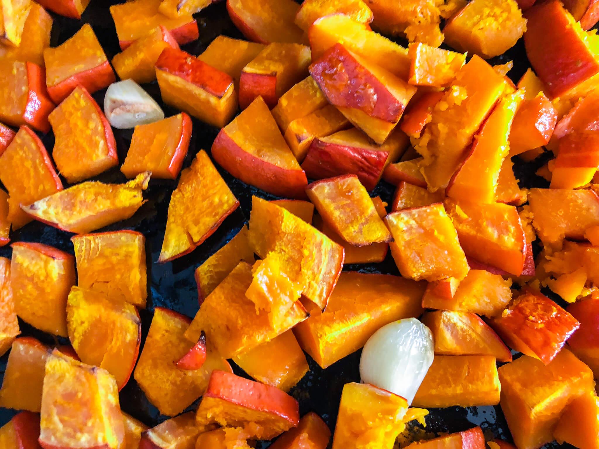 Für die Kürbissuppe werden die Kürbiswürfel im Ofen geröstet.